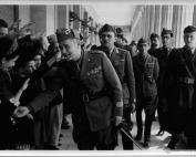 Ο στρατηγός Giovanni Messe (1883-1968) ανάμεσα σε πολίτες και στρατιωτικούς την άνοιξη του 1941, στην κιονοστοιχία  των Ανακτόρων της πόλης