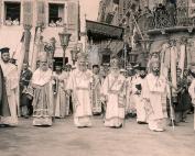 Η λιτανεία της 11ης Αυγούστου του 1955 (πιθ.) με τον αείμνηστο μητροπολίτη Μεθόδιο Κοντοστάνο. Η φωτογραφία τραβήχτηκε από το φωτογράφο Μιχάλη Κόκκαλη.
