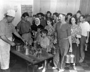 Ένα κέντρο συλλογής UNRRA στην Santa Maria di Leuca, το νοτιότερο σημείο της Απουλίας. Εδώ βρήκαν καταφύγιο πολλοί Ιταλοί από την Κέρκυρα. Στην φωτογραφία Ιταλοί, Έλληνες και Γιουγκοσλάβοι πρόσφυγες περιμένουν στην ουρά για μαρμελάδα.