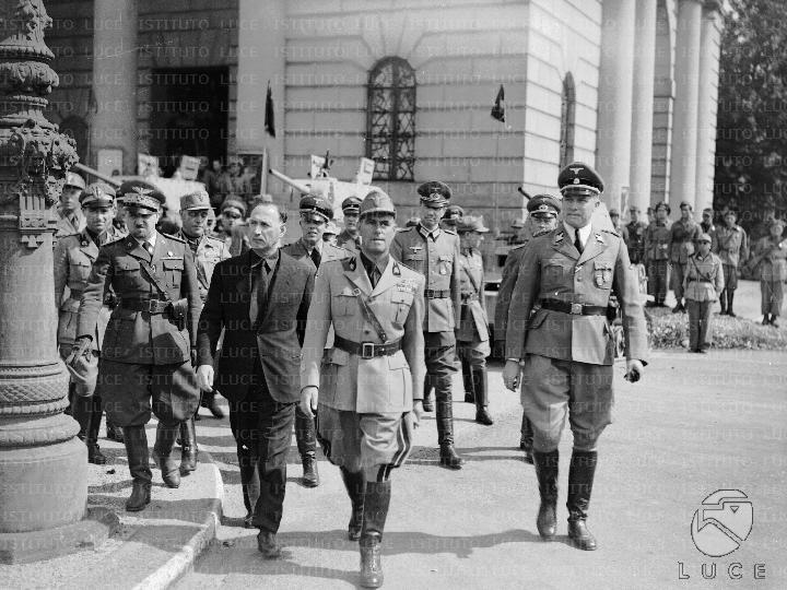 Ο Παρίνι με πολιτικά στο Μιλάνο το 1944, με βαθμό νομάρχη, σε τελετή παράδοσης λαβάρων.