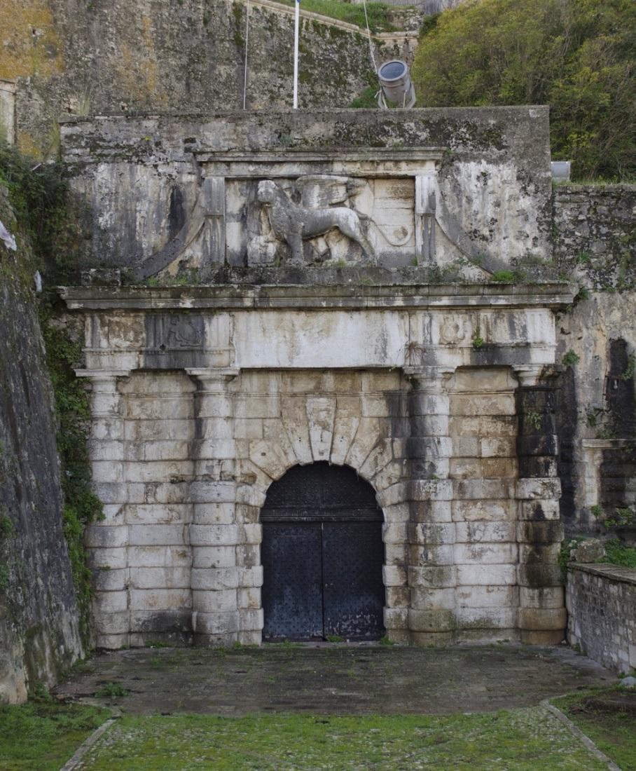Εικ.9. Porta Spilea, η κύρια πύλη του Ν. Φρουρίου δια χειρός Vitelli. Λόγω της σφράγισης της έμεινε γνωστή ως Porta Otturata.