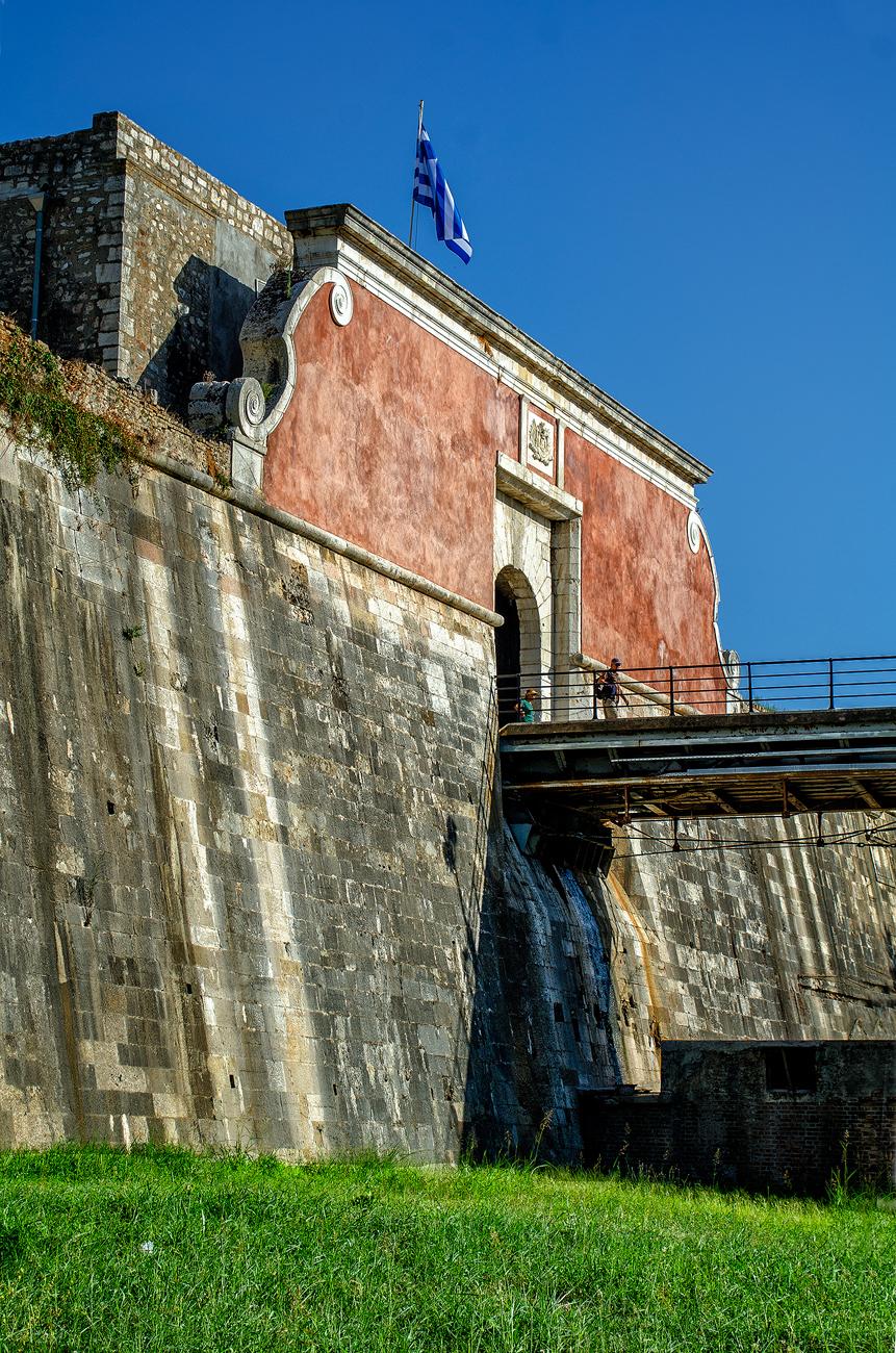Η πύλη του Παλαιού Φρουρίου. Οι ελικοειδείς μπαρόκ διακοσμήσεις μάλλον ανήκουν σε μεταγενέστερη εποχή.