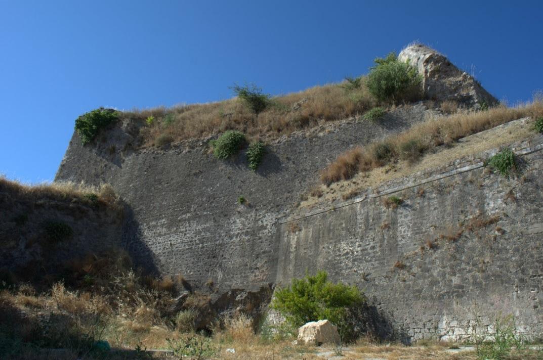 εικ.4. Ημιπρομαχώνας Επτά Ανέμων, το τείχος που ένωσε τις δυο αιχμές της αρχικής κατασκευής