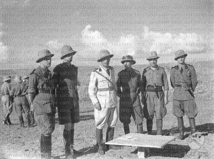 O Παρίνι με λευκή στολή στην Αιθιοπία, με το βαθμό του Ύπατου των Μελανοχιτώνων (1936)