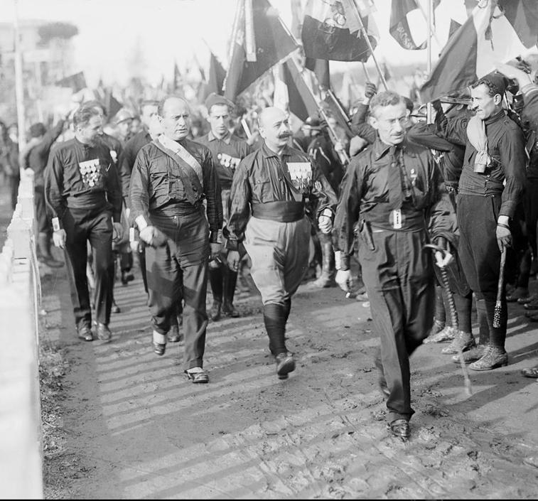 Ο De Vecchi δίπλα στον Μουσολίνι κατά την «Πορεία προς την Ρώμη» το 1929
