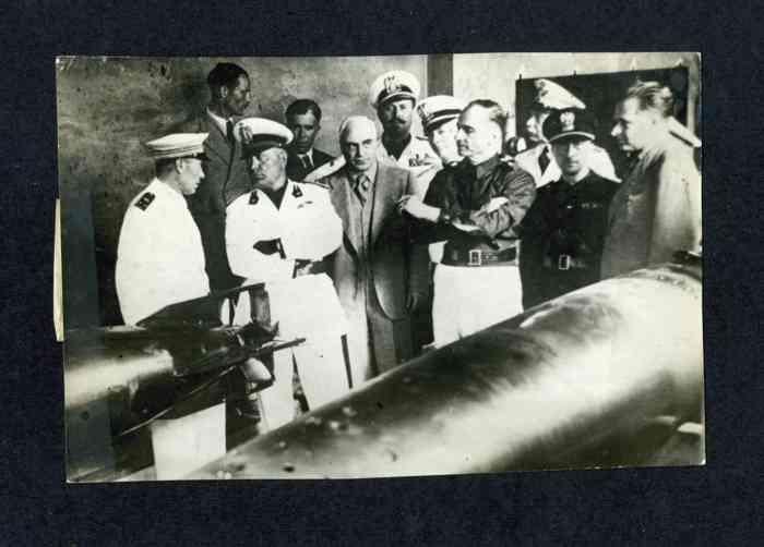 Ο Μουσολίνι σε επίσκεψη στο εργοστάσιο τορπιλών Whitehead.