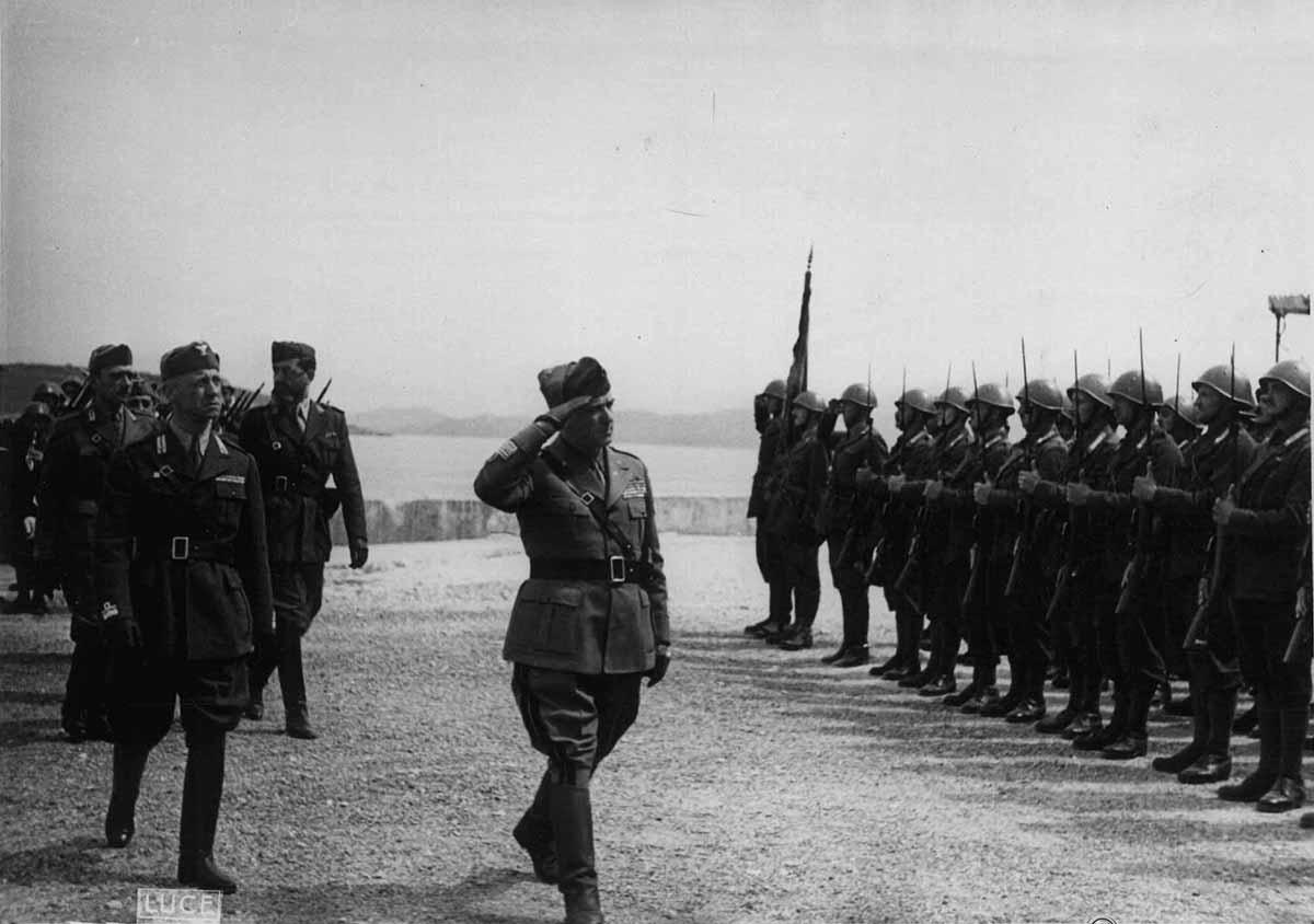 Ο πόλεμος έχει πια τελειώσει. Ιταλικό απόσπασμα απονέμει τιμές κατά την άφιξη του στρατηγού Giovanni Messe στο λιμάνι της Κέρκυρας