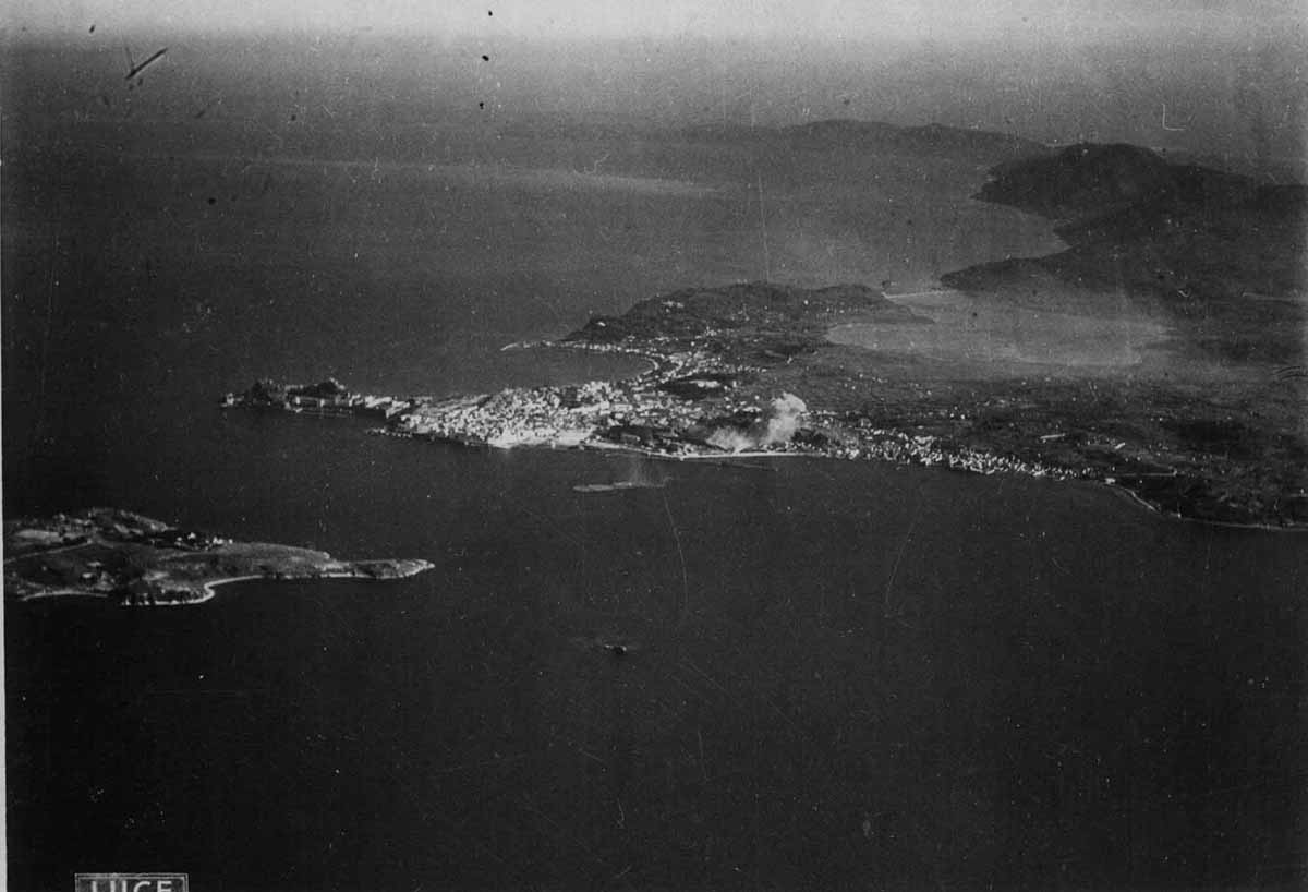 Κατά τη διάρκεια ιταλικού βομβαρδισμού πλήττεται η παραλιακή ζώνη ενώ τα νερά που ανασηκώθηκαν από βόμβες που έπεσαν ανάμεσα Βίδο και Λιμάνι, μόλις έχουν καταλαγιάσει.