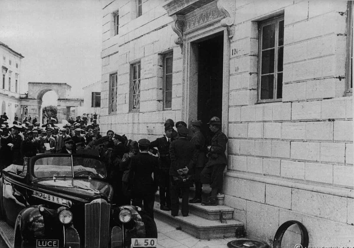 Ιταλοί αξιωματικοί μπροστά από το κτίριο της παλιάς Νομαρχίας στα Μουράγια