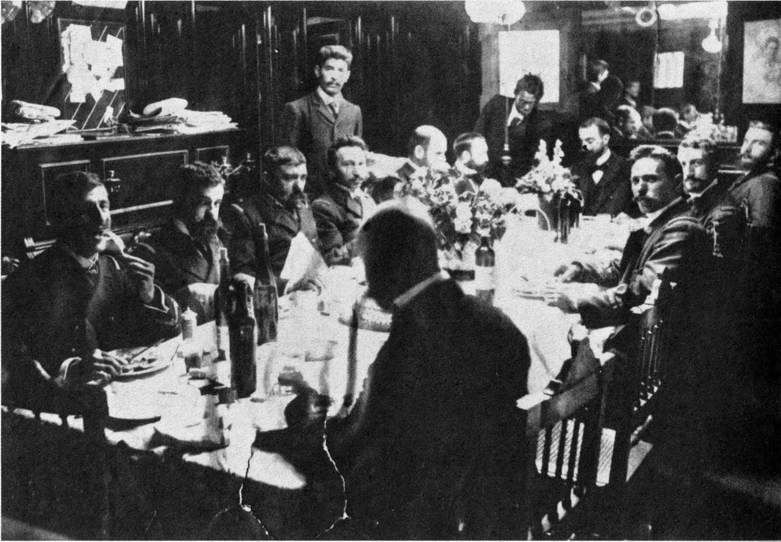 Γεύμα στο καρρέ αξιωματικών του «Μιαούλη». Από αριστερά προς τα δεξιά: στην 5η και 6η θέση οι κερκυραίοι υποπλοίαρχοι Βούλγαρης και Γιωτόπουλος και στη 10η ο ανθυποπλοίαρχος Λοπρέστης.