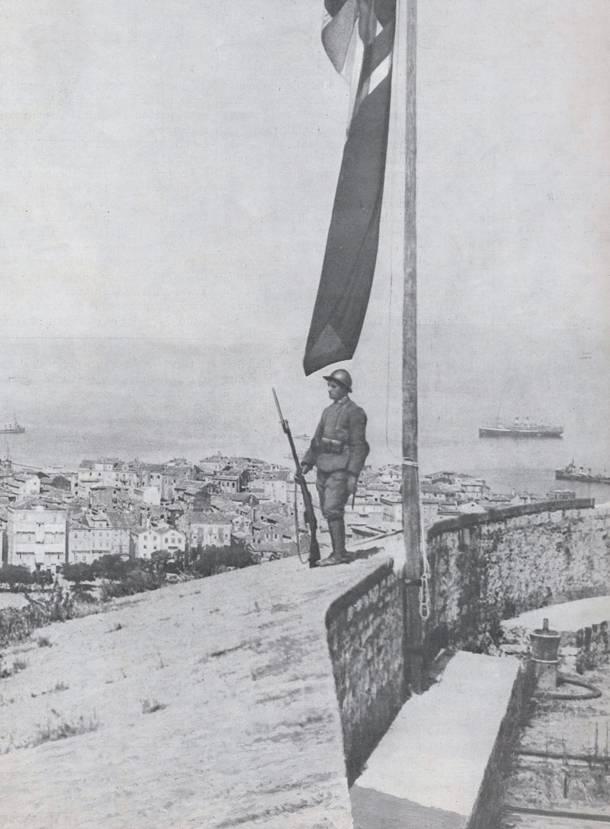 Φρουρός δίπλα στην ιταλική σημαία στο Παλαιό Φρούριο