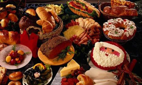 Η αφθονία των φαγητών στο τραπέζι της πρώτης μέρας του χρόνου προοιωνίζει αφθονία αγαθών για ολόκληρο το χρόνο.