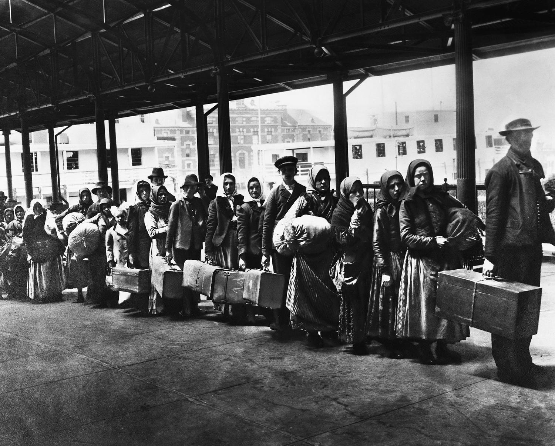 Ιταλοί μετανάστες περιμένουν να περάσουν από έλεγχο. Νέα Υόρκη, 1896