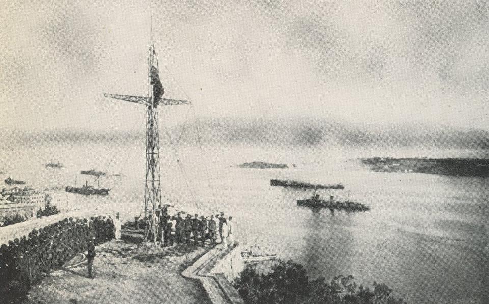 Λίγο πριν την δύση του ηλίου και υπό χαιρετιστήρια ομοβροντία από τον ιταλικό στόλο, θα υψωθεί η ιταλική σημαία στον «Σταυρό» του Π. Φρουρίου (31/8/1923).