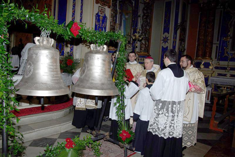 Dolcedo (Liguria Βόρειας Ιταλίας), Δεκέμβρης 2013: Ακολουθία κατά την οποία ευλογούνται οι δύο καινούργιες καμπάνες στον ενοριακό ναό του San Tommaso