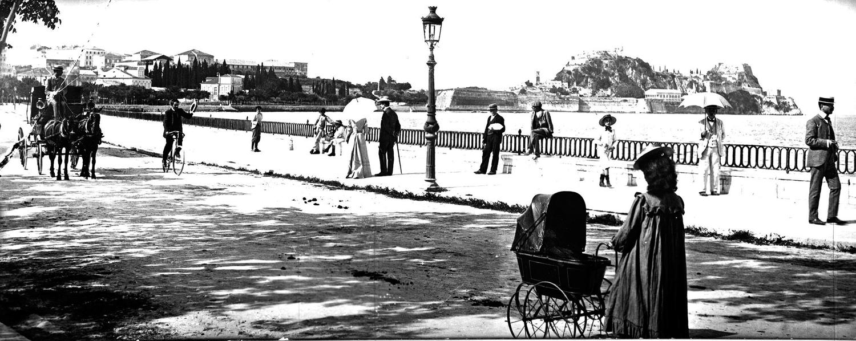 Αρχές 20ου αιώνα. Τα σιδερένια κάγκελα στα κουρτελάτσα