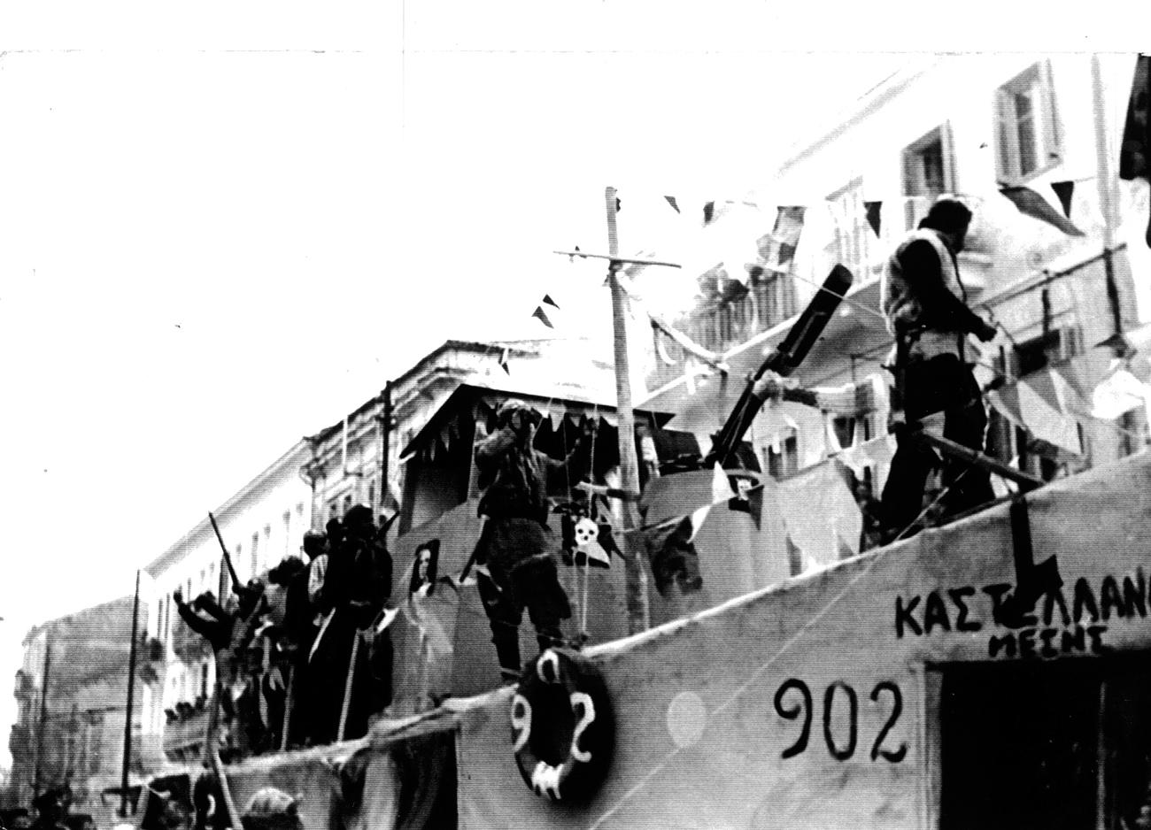 Καρναβάλι 1960: Το … πειρατικό των Καστελλάνων Μέσης «εισπλέει» στην πόλη.