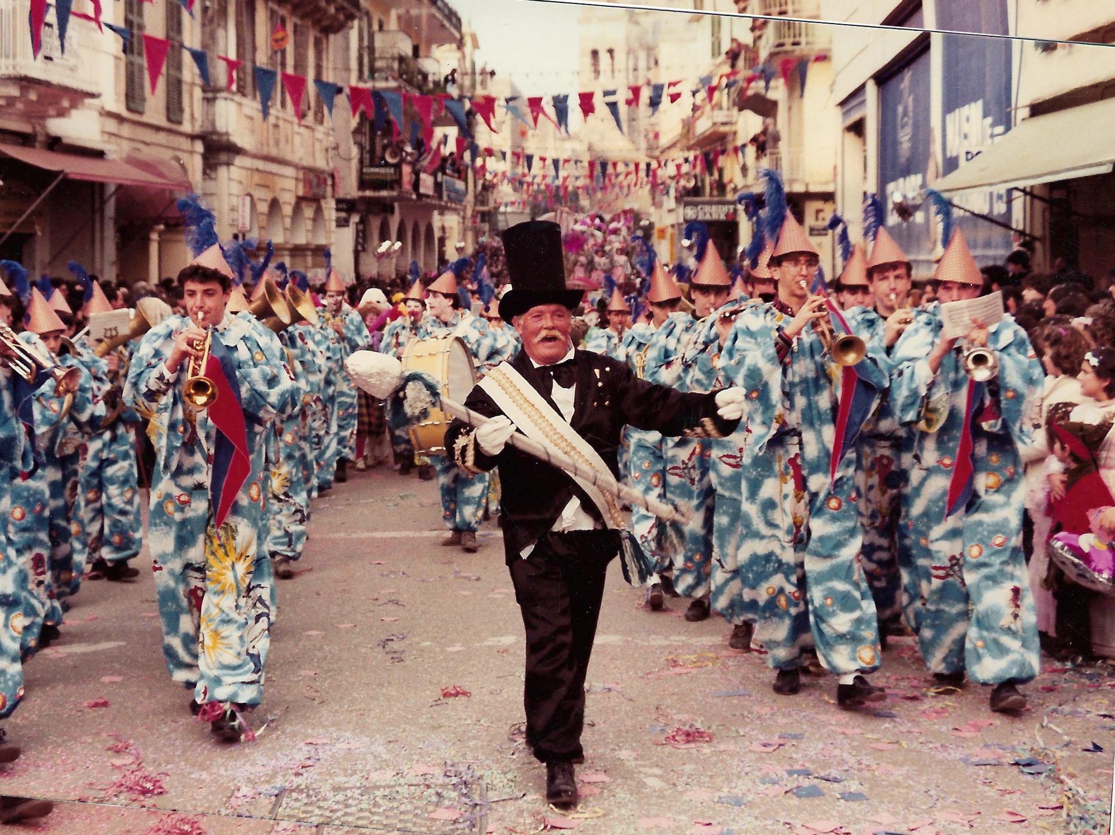 Ο αξέχαστος Μπάρμπα –Νίκος σε καρναβαλίτικη παρέλαση με την «Μάντζαρο» στο τέλειωμα του 20ου αιώνα