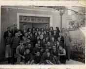 Εργαζόμενοι και ιδιοκτήτες της καπνοβιομηχανίας «Γ. Νικηφόρος και ΣΙΑ» κατά τη γερμανική κατοχή. Διακρίνεται ο γερμανός  αξιωματικός που είχε την ευθύνη του επιταγμένου εργοστασίου