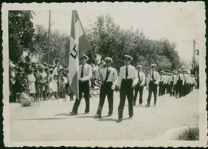 Η «Λαϊκή Οργάνωσις Νέων Κερκύρας» παρελαύνει στις 21-05-1933 για την επέτειο της Ένωσης (Αρχείο Έντυ Καλογερόπουλου)